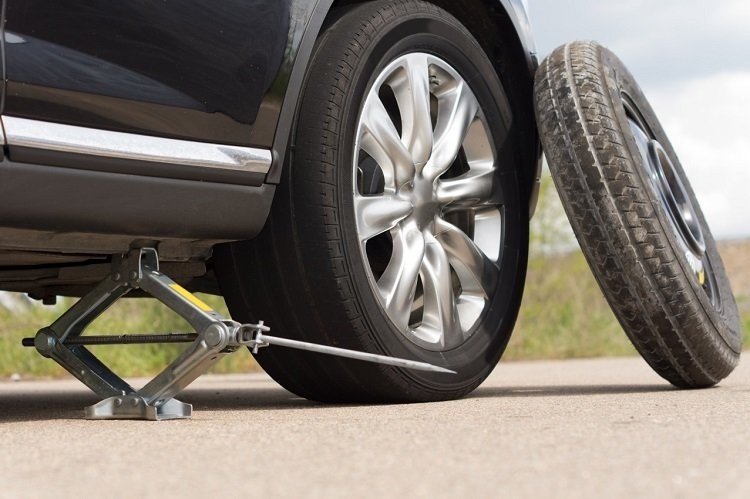 flat tire change Toronto Image